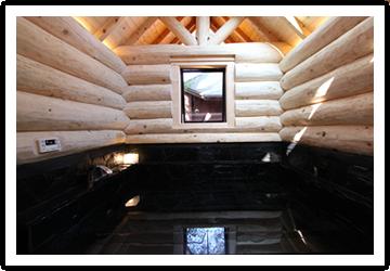総檜造りの開放的な浴室で癒しのひとときを
